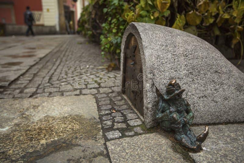 WROCLAW POLEN - små statyetter ställa i skuggan, deras nummer har ständigt växt royaltyfri fotografi