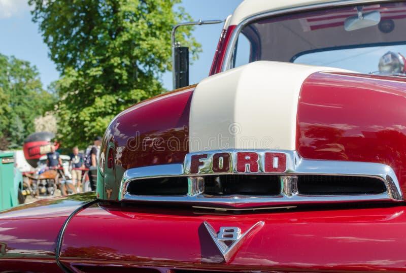 WROCLAW, POLOGNE - 11 août 2019 : Spectacle des voitures américaines : Ford F-100 Pickup Truck de couleur rouge et blanche rénové photos stock