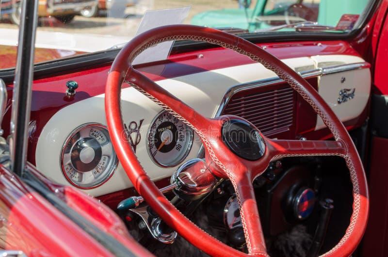 WROCLAW, POLOGNE - 11 août 2019 : Spectacle des voitures américaines : Ford F-100 Pickup Truck de couleur rouge et blanche rénové photo libre de droits
