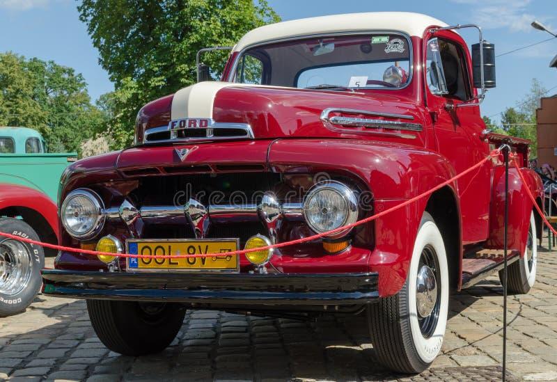 WROCLAW, POLOGNE - 11 août 2019 : Spectacle des voitures américaines : Ford F-100 Pickup Truck de couleur rouge et blanche réno photo libre de droits