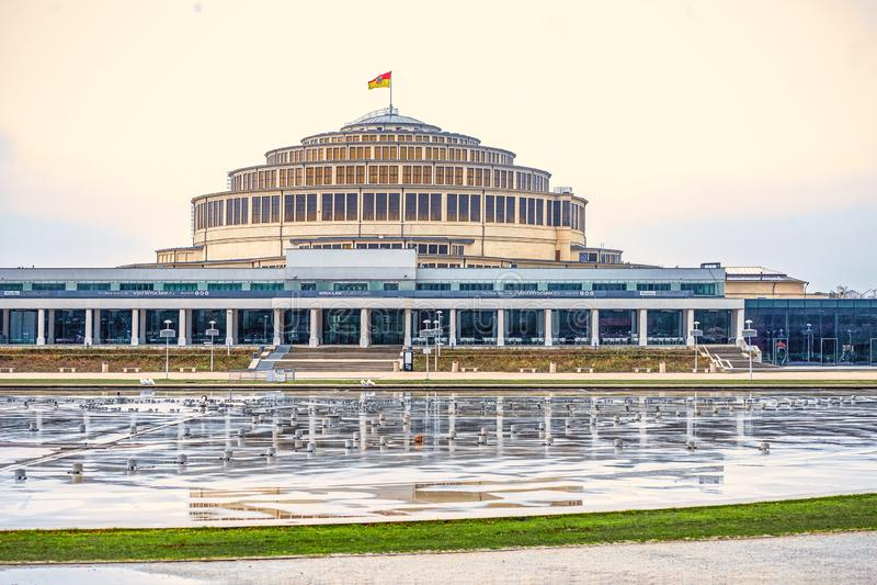 12/22/2018 Wroclaw, Pologne, Hall centennal sur une place énorme avec une fontaine image stock
