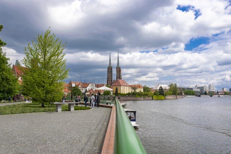 Wroclaw, Pologne - 3 mai 2019 : Cath?drale de St John ? Wroclaw, nuages blancs de ciel bleu de journ?e de printemps de paysage photos stock