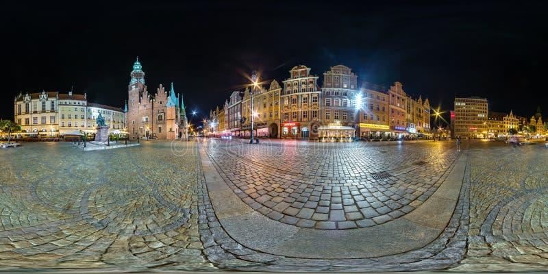 WROCLAW, POLOGNE - SEPTEMBRE 2018 : Pleins 360 degrés sans couture d'angle de vue de panorama de nuit sur l'endroit de place du m image libre de droits