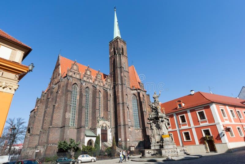 Wroclaw, Polonia - circa marzo 2012: Chiesa collegiale dell'incrocio e di St Bartholomew santi all'isola di Ostrow Tumski a Wrocl fotografie stock