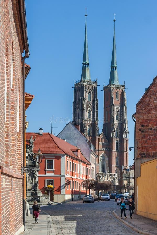 Wroclaw, Polonia - circa marzo de 2012: Calles de la isla de Ostrow Tumski y torres de la catedral gótica de St John el Bautista  imagen de archivo libre de regalías