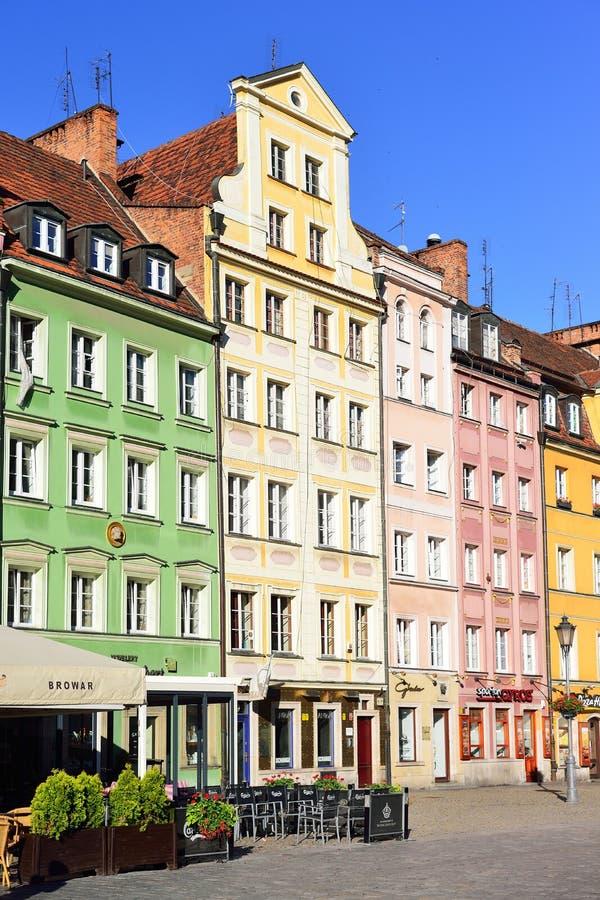 WROCLAW, POLONIA - GIUGNO 2017: Costruzioni variopinte su Wroclaw vecchio fotografia stock libera da diritti