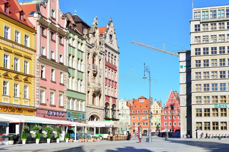 WROCLAW, POLONIA - GIUGNO 2017: Costruzioni variopinte su Wroclaw vecchio fotografie stock