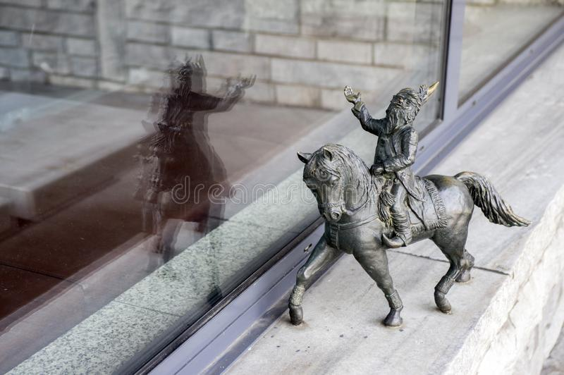 Wroclaw/POLONIA - 30 marzo 2018: Figurine di arte moderna del krasnale di Wroclaw piccole in vie delle vie di Wroclaw fotografia stock libera da diritti