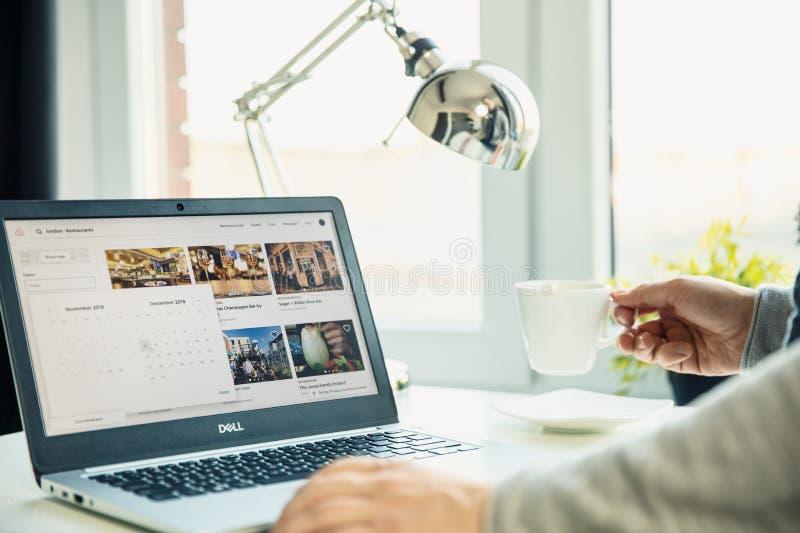 WROCLAW, POLONIA - 29 novembre 2018: Computer portatile moderno sullo scrittorio fotografia stock libera da diritti