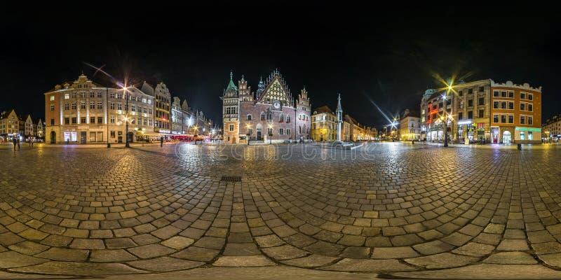 WROCLAW, POLONIA - SETTEMBRE 2018: 360 gradi senza cuciture completi di angolo di vista di panorama di notte sul posto del quadra immagini stock libere da diritti