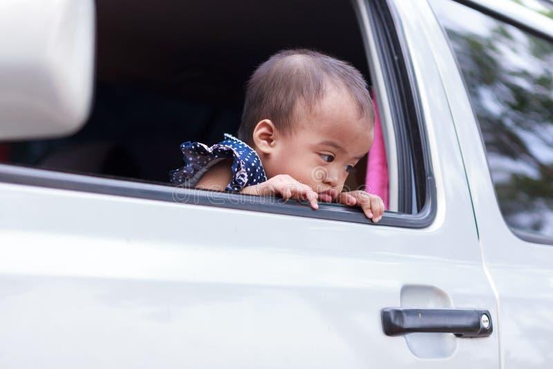 Wrokbaby uit venster stock fotografie