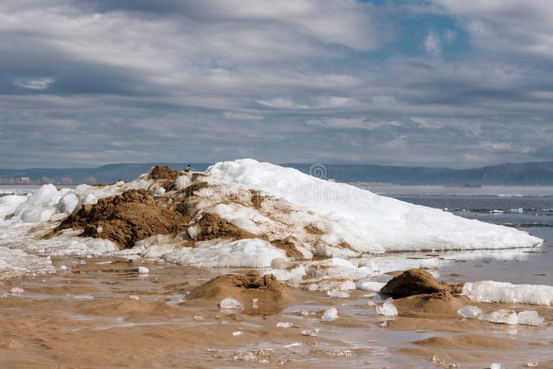 Wroni obsiadanie na śnieżnej górze zdjęcie stock