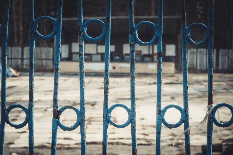 wrought metall för elementfäktningjärn Begränsning av frihet Staketet i övergiven parkerar arkivbild