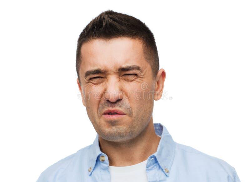Wrying d'homme de l'odeur désagréable photo libre de droits