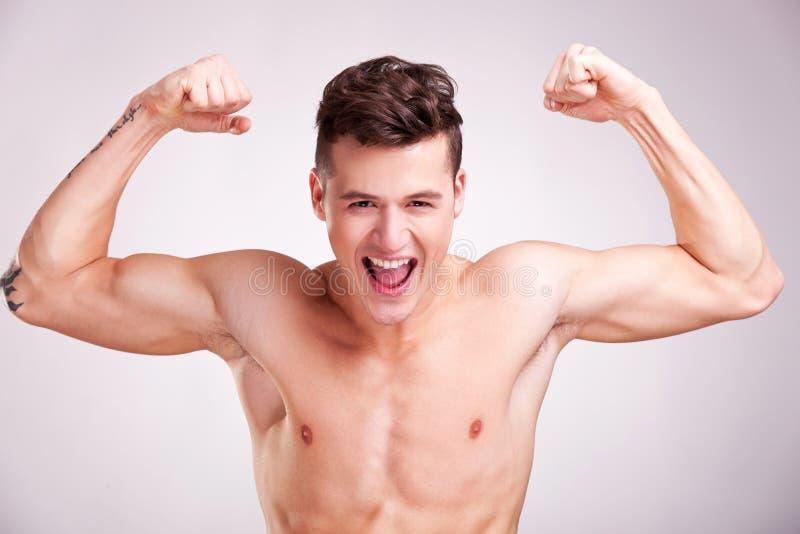 Wrzaski muscularyoung mężczyzna wrzaski zdjęcia royalty free