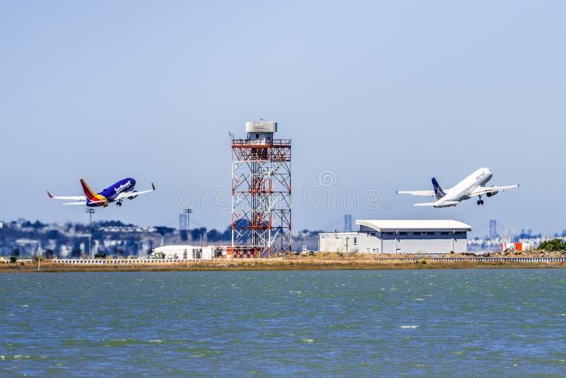 1 września 2019 r.: Burlingame / CA / USA - dwa statki powietrzne: Southwest Airlines i United Airlines startują jednocześnie od obraz stock