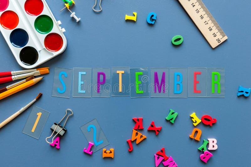 Września 1st miesiąc jesień tylna koncepcji do szkoły Nauczyciela lub ucznia miejsca pracy tło z szkolnymi dostawami dalej zdjęcie royalty free