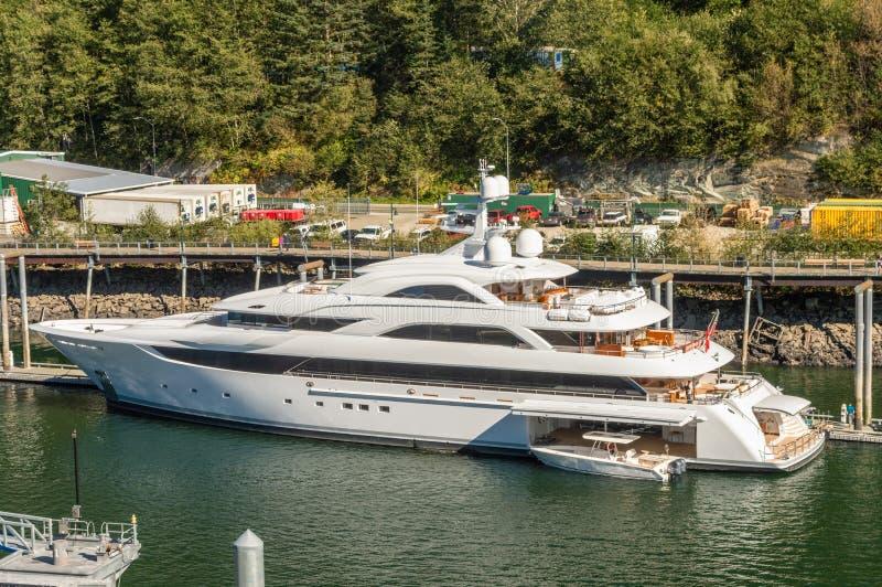 Wrzesień 14, 2018 - Juneau, Alaska: Wymuskany biały Luksusowy jacht dokujący w schronieniu zdjęcia royalty free