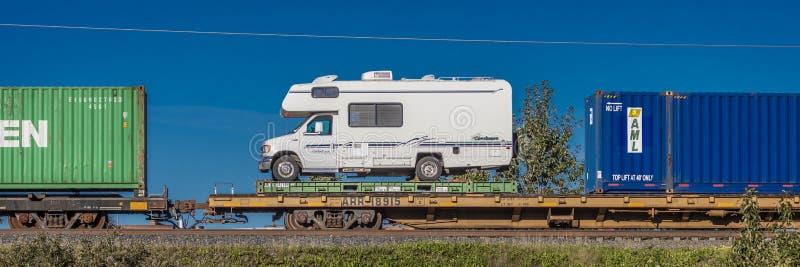 Wrzesień 1, 2016 - RV na pociągu wysyła z powrotem od Alaska Obniżać 48, zakotwienie Alaska zdjęcie stock