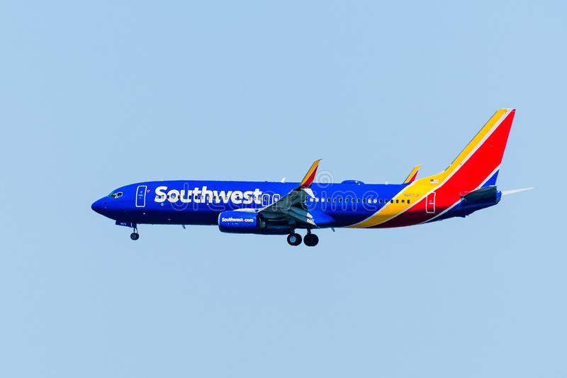Wrzesień 1, 2019 San Francisco / CA / USA - Samoloty Southwest Airlines zbliżające się do międzynarodowego lotniska SFO w San Fra zdjęcia royalty free