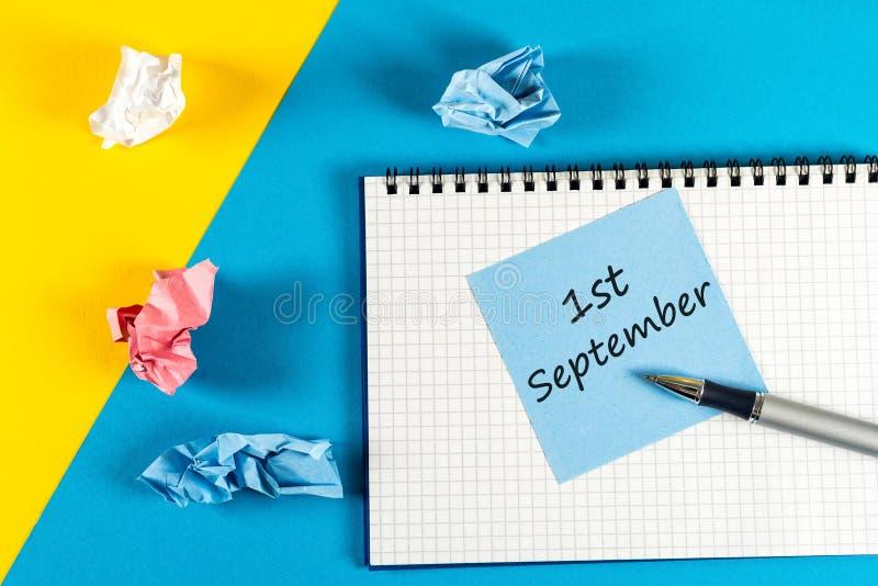Wrzesień 1st szkoły pojęcie na błękitnym tle z dostawami dla nauki - Z powrotem obrazy stock