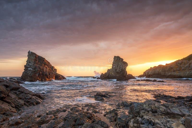 Wschód słońca nad morzem z dużymi falami zdjęcia stock