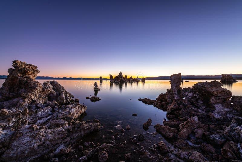 Wschód słońca od Południowego Tufa terenu w Mono jeziorze zdjęcia royalty free
