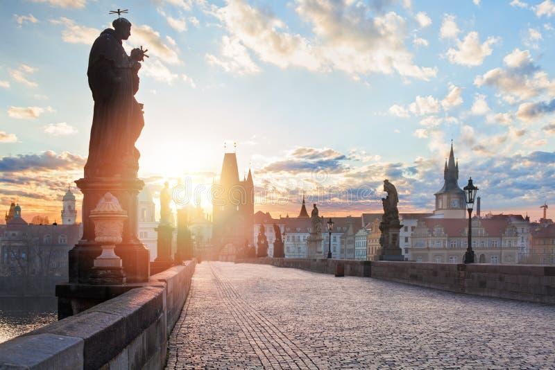 Wschód słońca przy pusty Charles mostu wierza, Praga panorama zdjęcie royalty free
