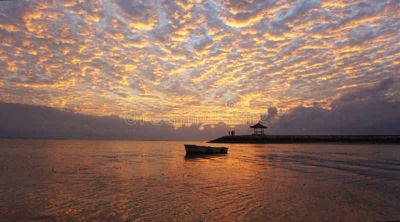 Wschód słońca łuna nad morzem Piękny ranek w plaży obraz royalty free