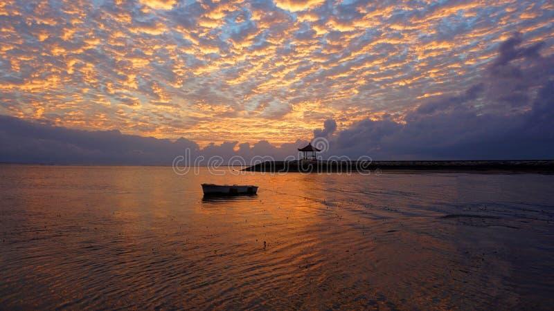 Wschód słońca łuna nad morzem Piękny ranek w plaży obrazy stock