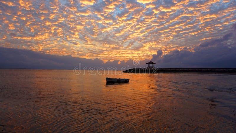 Wschód słońca łuna nad morzem Piękny ranek w plaży fotografia royalty free