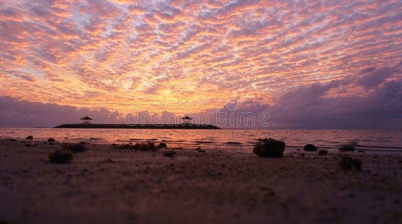 Wschód słońca łuna nad morzem Piękny ranek w plaży fotografia stock
