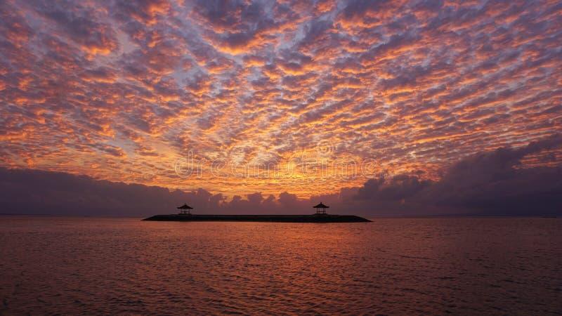 Wschód słońca łuna nad morzem Piękny ranek w plaży obrazy royalty free