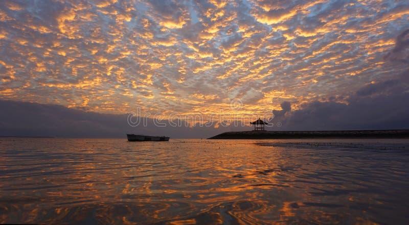 Wschód słońca łuna nad morzem Piękny ranek w plaży zdjęcia stock