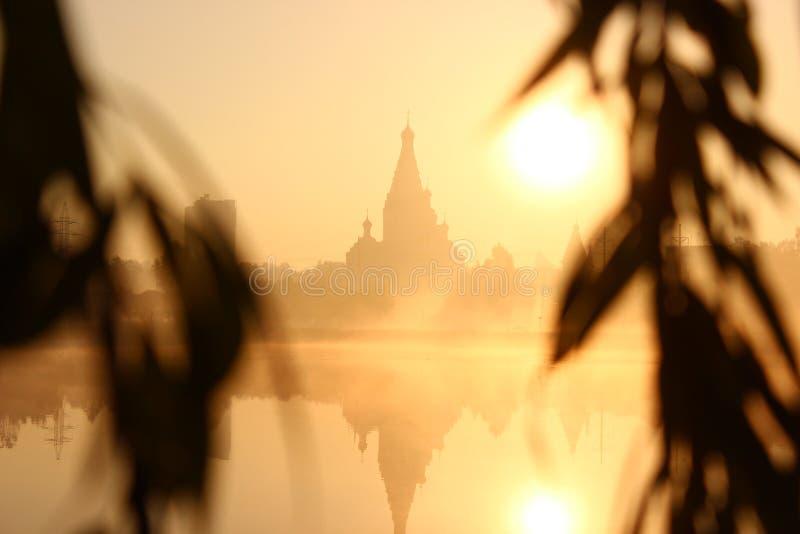 Wschód słońca blisko kościół i jeziora Mgła nad wodą spojrzenie przez wierzby rozgałęzia się przy świtem obrazy stock