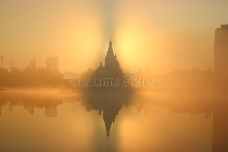 Wschód słońca blisko kościół, miasta tło dzień dobry mgła Mgła nad wodą drapacz chmur wokoło starego budynku zdjęcie stock