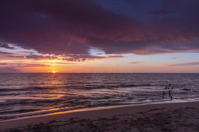 Wschód słońca blisko starego mola przy Ebro Rzeczną deltą, Tarragona, Catalonia, fotografia stock