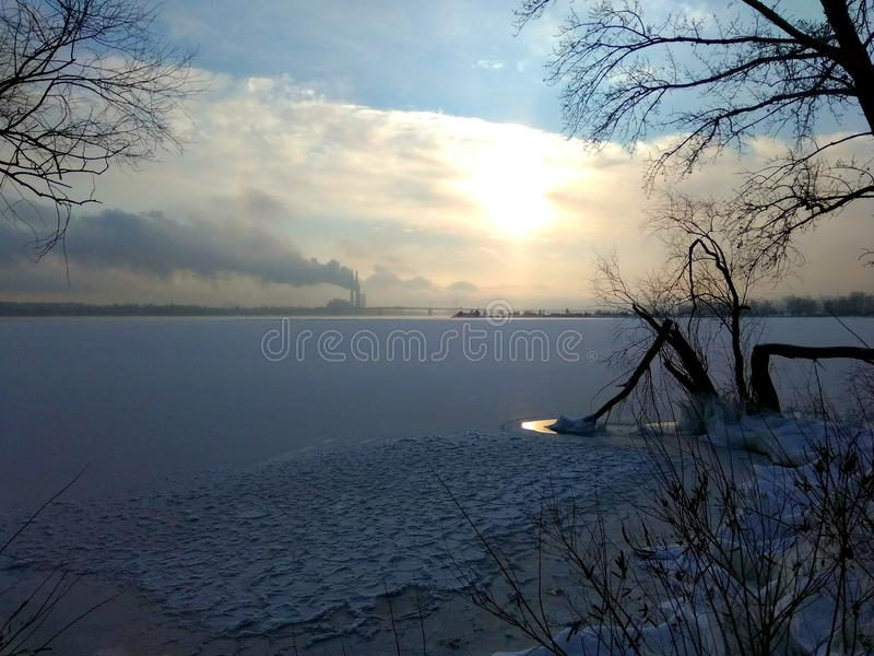 Wschód słońca dalej frosen rzekę fotografia stock