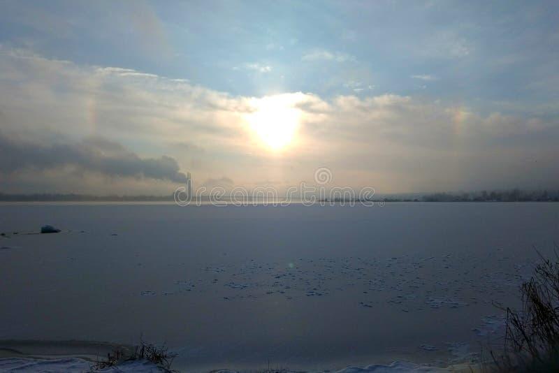 Wschód słońca dalej frosen rzekę obraz stock