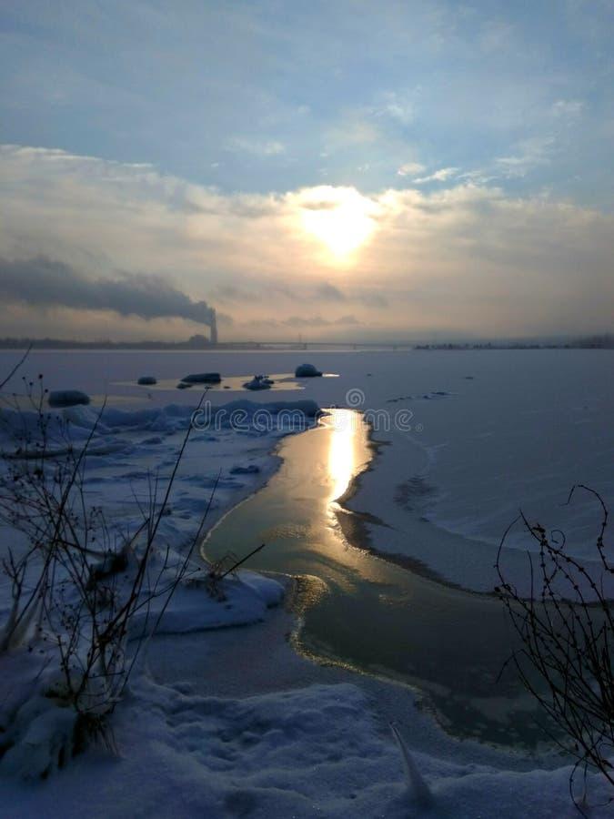 Wschód słońca dalej frosen rzekę obrazy stock