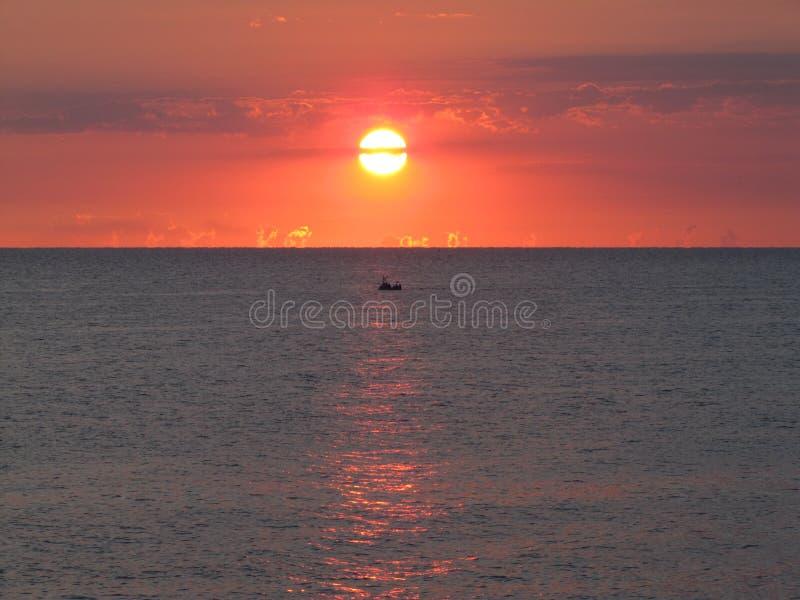 Wschód słońca i łódź zdjęcia stock