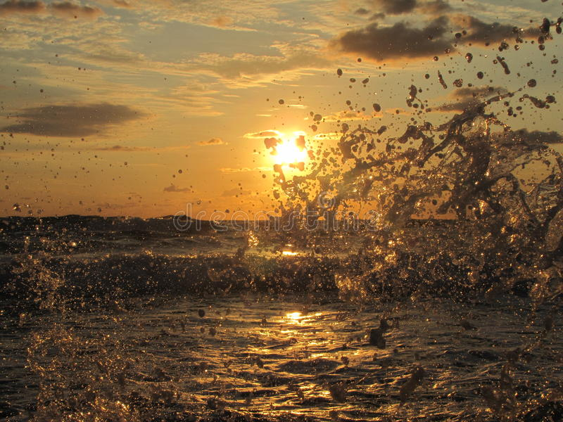 Wschód słońca i łódź obrazy stock