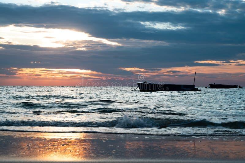 Wschód słońca i łódź przy Sangtian Wyrzucać na brzeg Samet wyspę Rayong Tajlandia zdjęcie stock