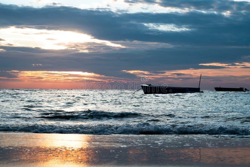 Wschód słońca i łódź przy Sangtian Wyrzucać na brzeg Samet wyspę Rayong Tajlandia obraz royalty free