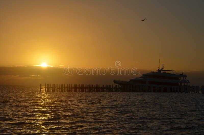 Wschód słońca i jacht fotografia stock