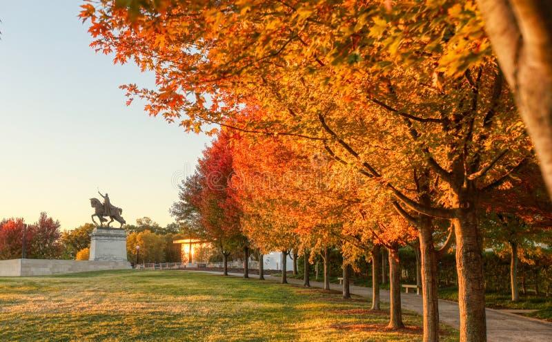 Wschód słońca i spadku ulistnienie na sztuki wzgórzu, St Louis, Missouri zdjęcia royalty free