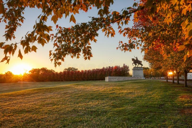 Wschód słońca i spadku ulistnienie na sztuki wzgórzu, St Louis, Missouri zdjęcie royalty free