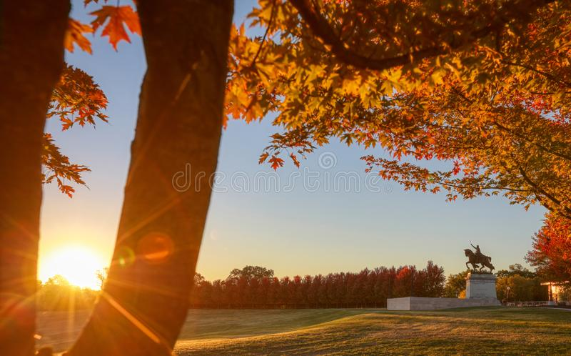 Wschód słońca i spadku ulistnienie na sztuki wzgórzu, St Louis, Missouri zdjęcie stock