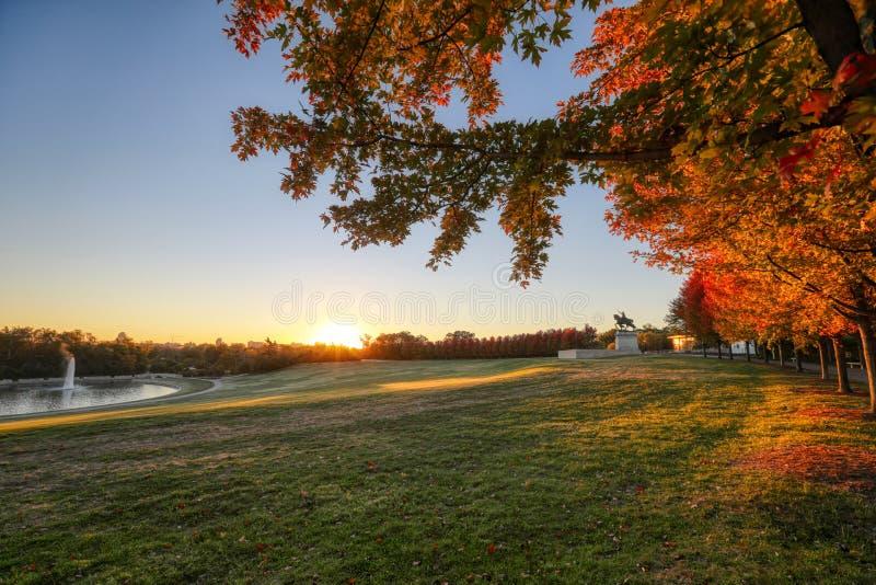 Wschód słońca i spadku ulistnienie na sztuki wzgórzu, St Louis, Missouri obrazy stock