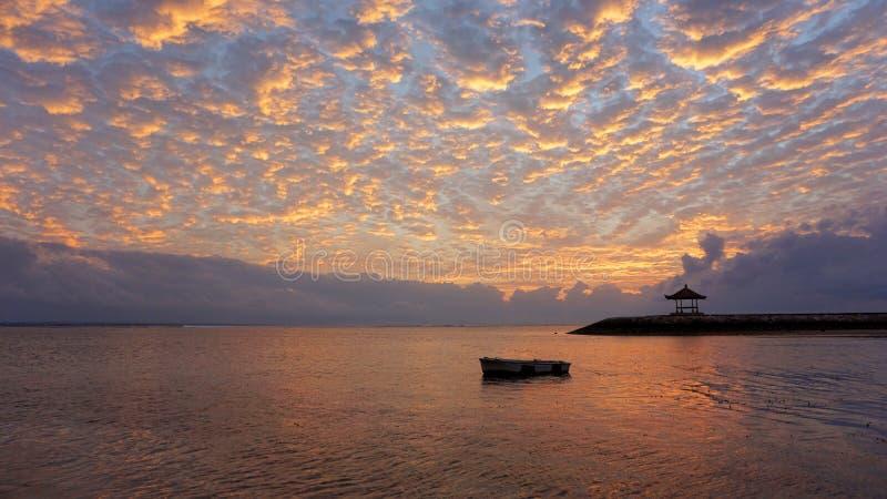 Wschód słońca jarzeniowy palenie nad morzem Piękny ranek w plaży obrazy royalty free